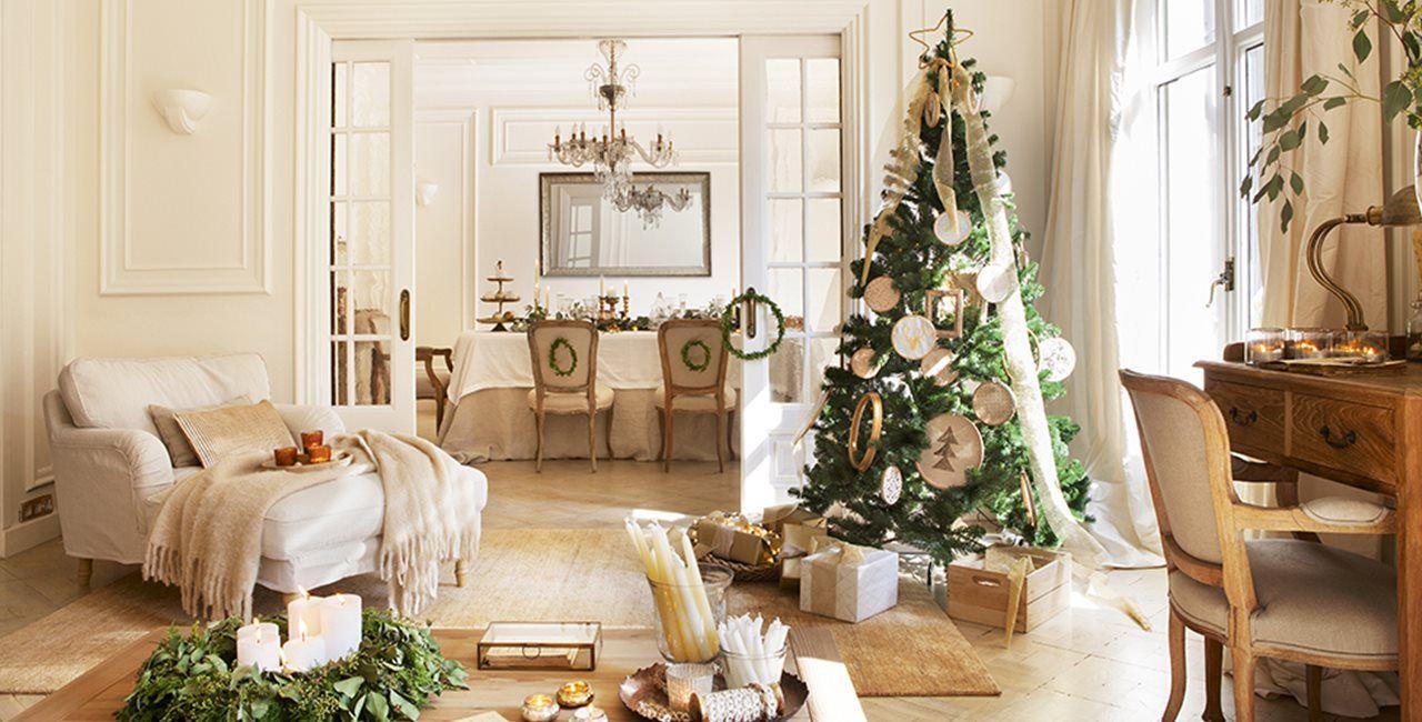 Como conseguir que el espíritu navideño impregne toda la casa combinando elementos dorados con otros blancos