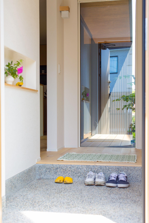 玄関のニッチには季節のディスプレイを フィックス窓からは 中庭の緑