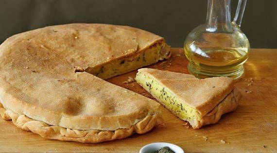 Для пататника нужно покупать любой картофель, которыйна рынке называется рассыпчатым.Тогда у вас получится картофельный пирог с самойвкуснойначинкой.