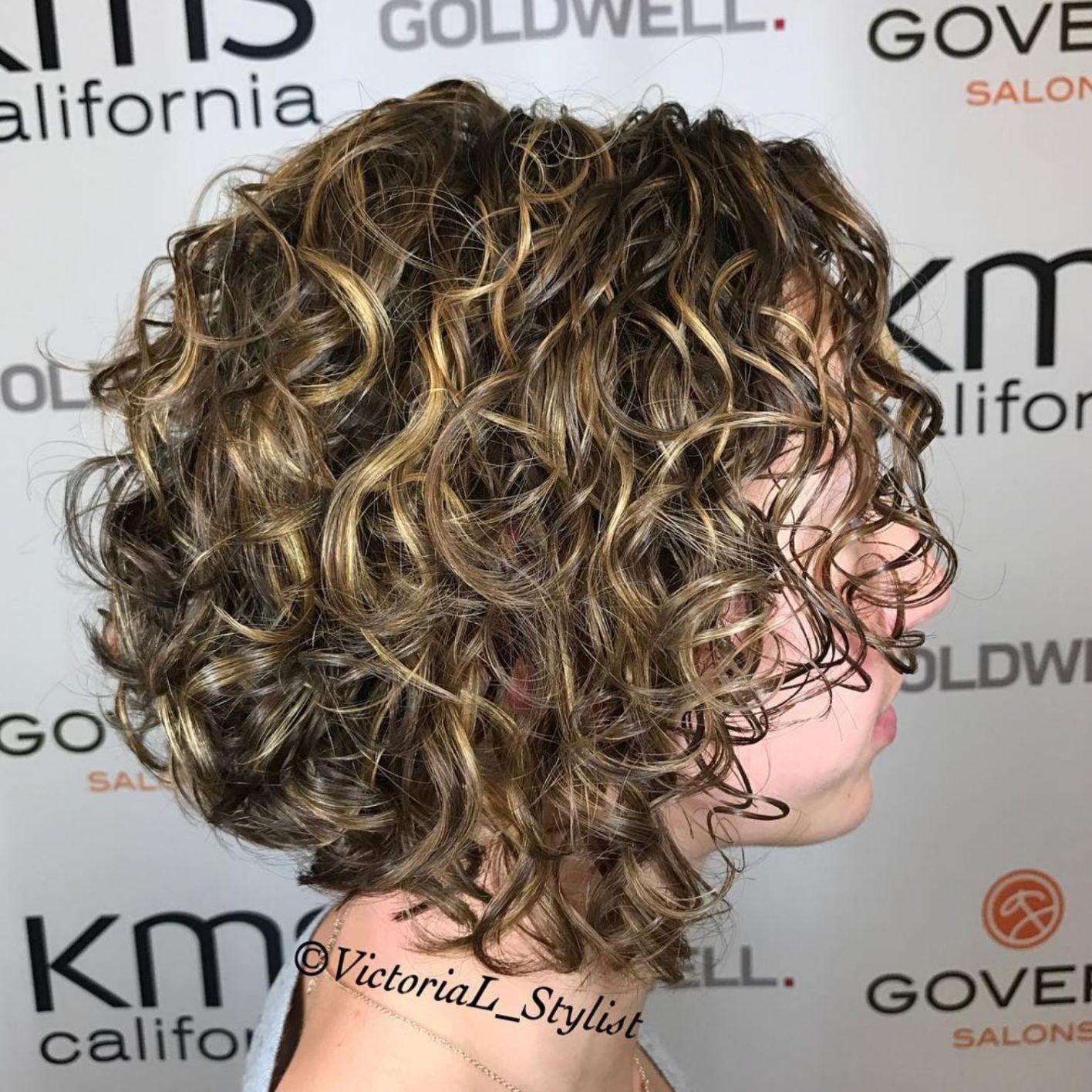 65 Different Versions Of Curly Bob Hairstyle Mit Bildern Bob Frisur Naturlocken Frisuren Frisuren