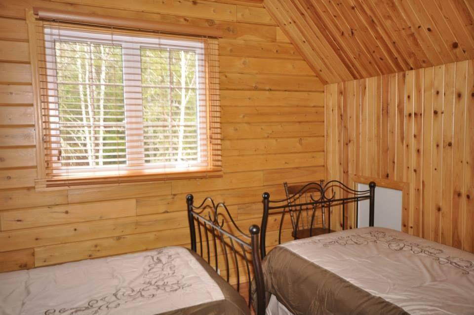 l int rieur du chalet le malard petite chambre avec 2 lits simples lattes en pin mur en bois. Black Bedroom Furniture Sets. Home Design Ideas