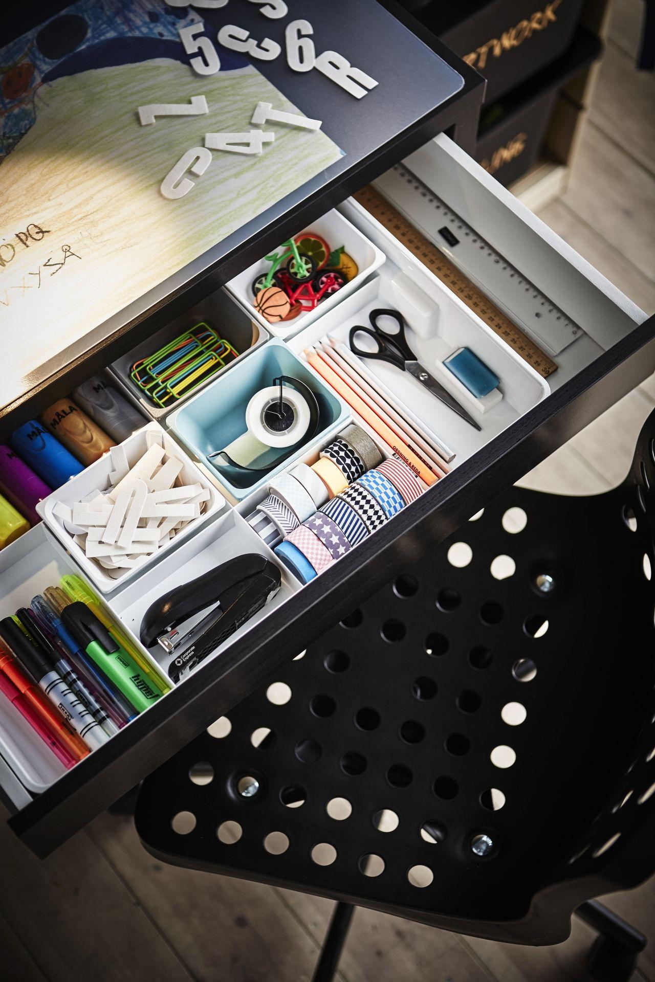 IKEA Deutschland | Alles aufgeräumt mit den praktischen KUGGIS Boxen. So findest du immer alles, und hast immer den Überblick. #Arbeitszimmer #Arbeitsplatz #Schreibtischordnung #Schreibtischorganisation #Schreibtischinspiration