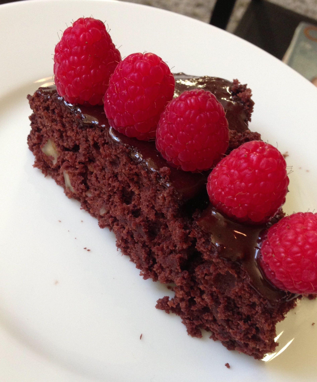 Ja, du leste riktig! Hva med en saftig sjokoladekake til helgen - helt uten gluten og sukker?