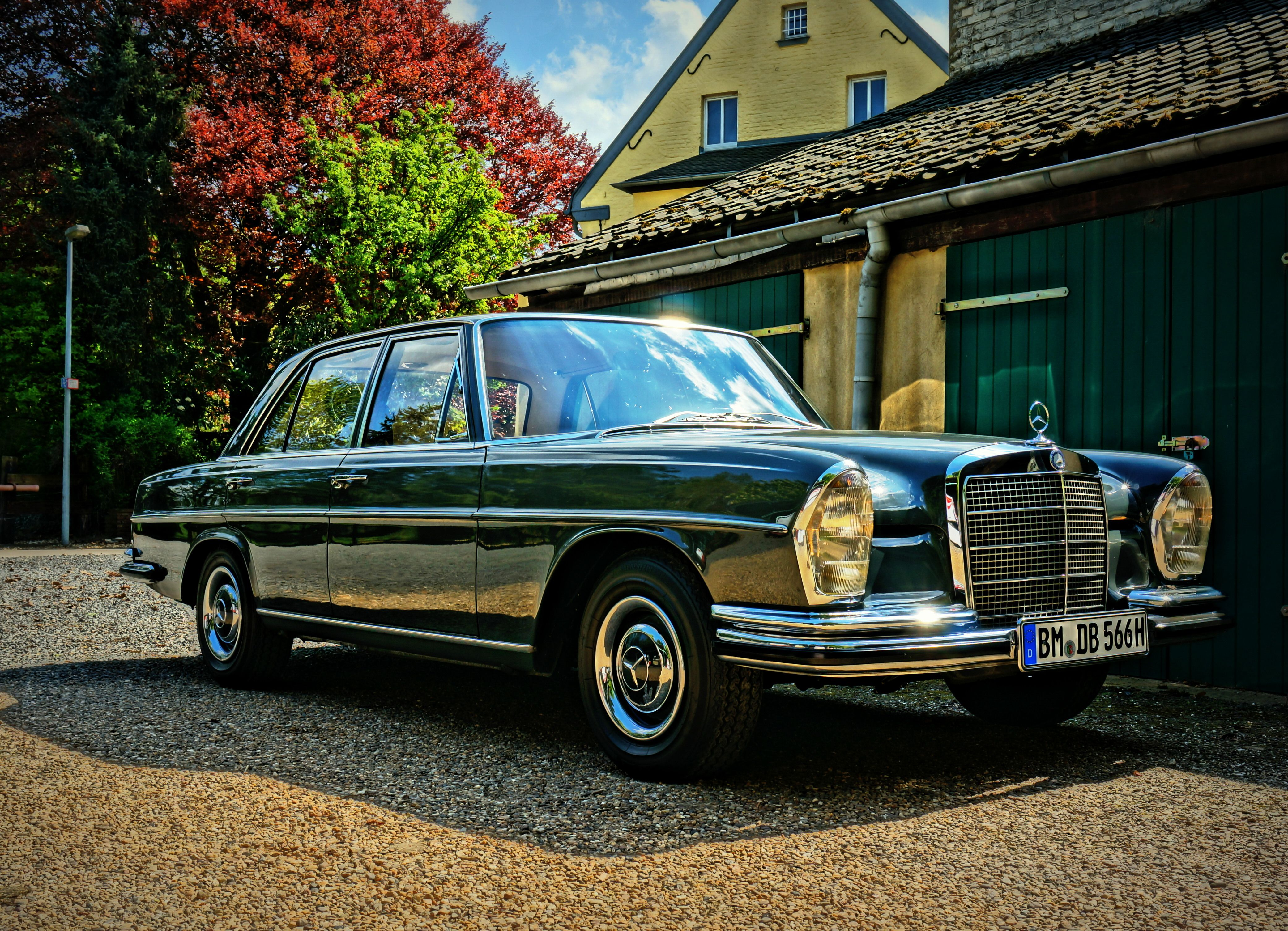 Beautiful Mercedes Benz 250 SE W108 in graphite grey from