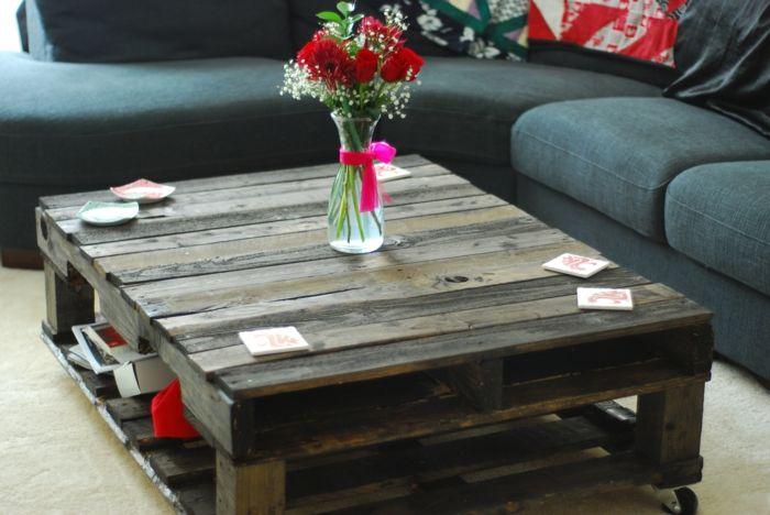 como hacer muebles con palets mesa de palets madera oscura jarra