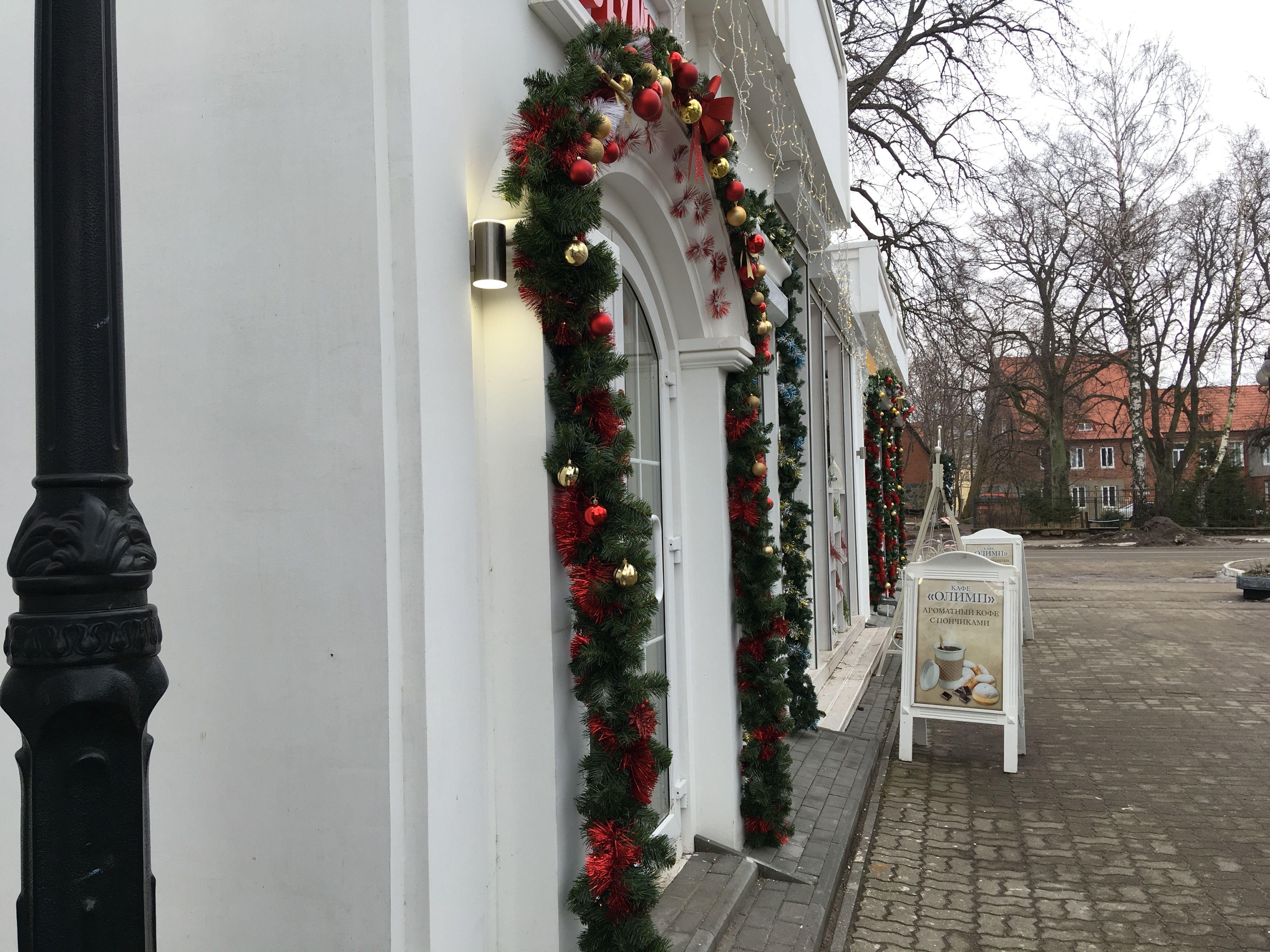 Новогодние украшения на зданиях