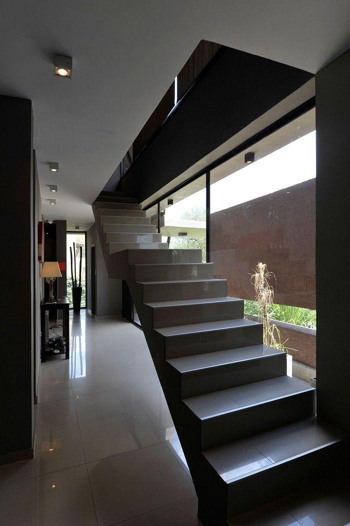Escalrera flotante con losas grises en la casa moderna for Casa moderna con parquet