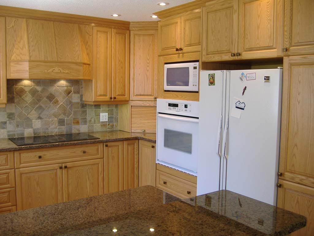 Oak kitchen with white appliances oak kitchen cabinet for Cocinas en polan