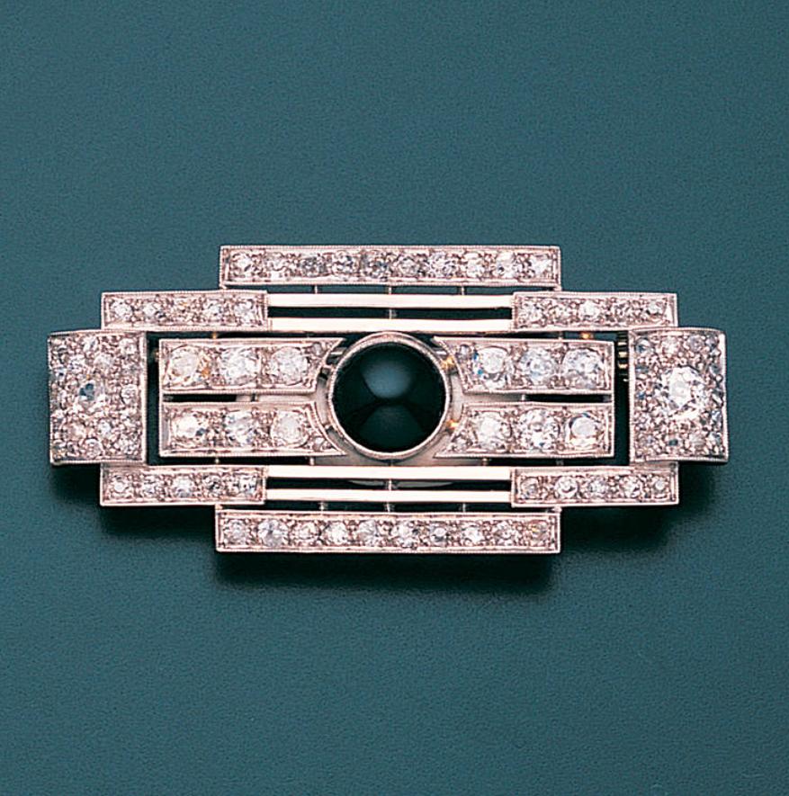 Spilla Art Deco in oro bianco, diamanti e onice di Raymond Templier 1925