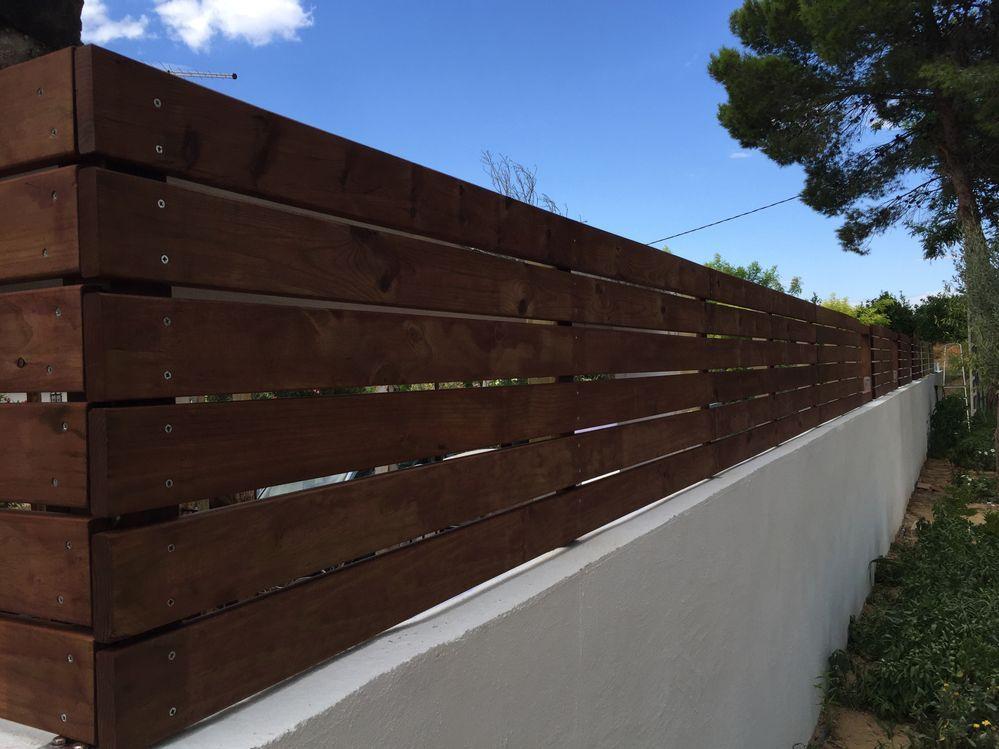 Un Muro De Obra Con Valla Diy De Madera En El Jardin Vallas Jardin Madera Vallas De Madera Cerramientos De Madera
