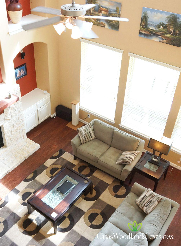 Elegante sala con techos altos buena iluminaci n y pisos for Ideas para techos interiores