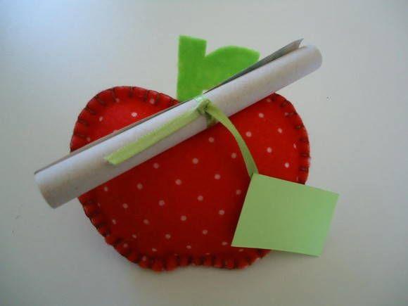 Convite no formato de maçã, confeccionado em feltro.  Texto impresso no rolinho.    Para a tag personalizada com o nome do convidado, acrescentar R$ 0,80 em cada convite.    Pode ser usado também para chá de panela / chá de cozinha, mudando a arte do rolinho.  Também pode ser feito no feltro liso...