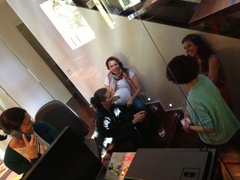 Reunión informal en las escaleras de la oficina @Auriga Cool Mkt   Facebook: AurigaCoolMarketing
