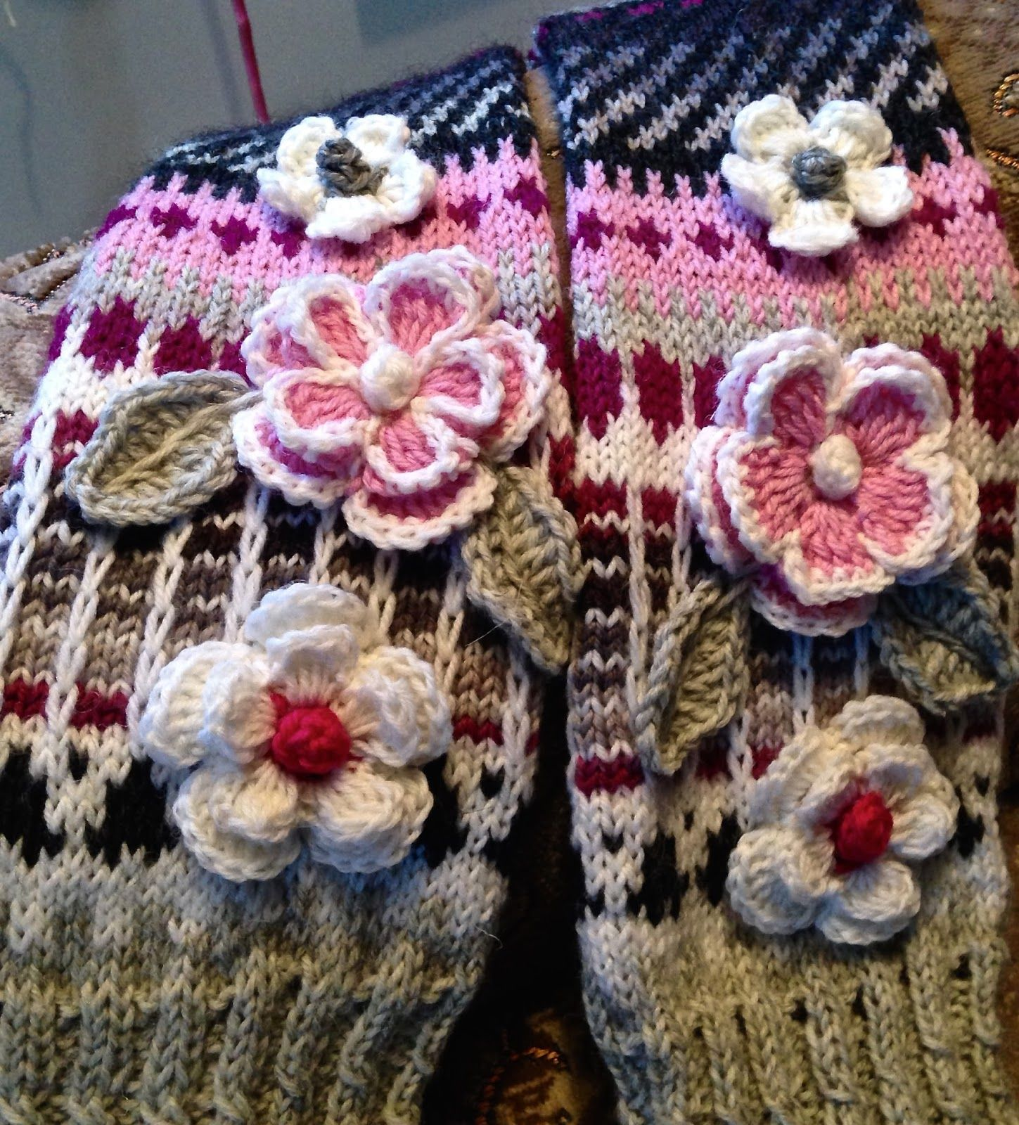 Hei vaan ystävät rakkaat ! Sukkia sukkia vaan..ihanaia -värikkäitä ...
