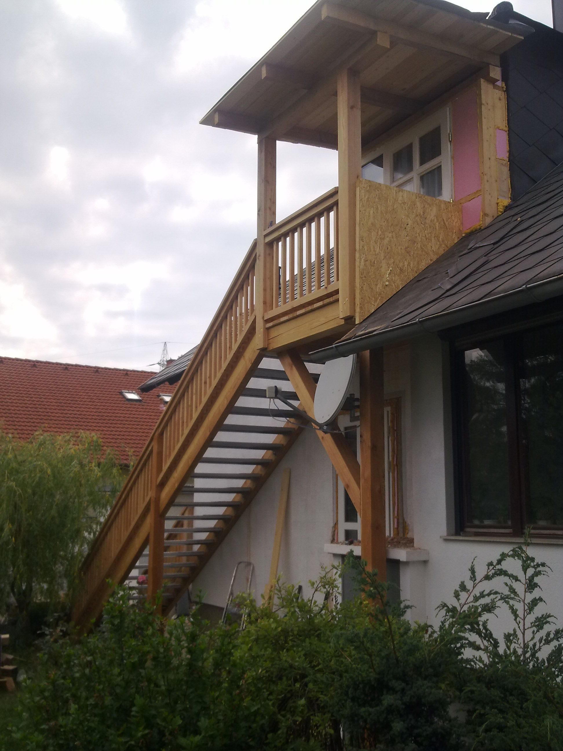 In unterer Ebene mehr Wohnraum gewinnen indem der Stiegenaufgang einfach hinaus verlegt wird.