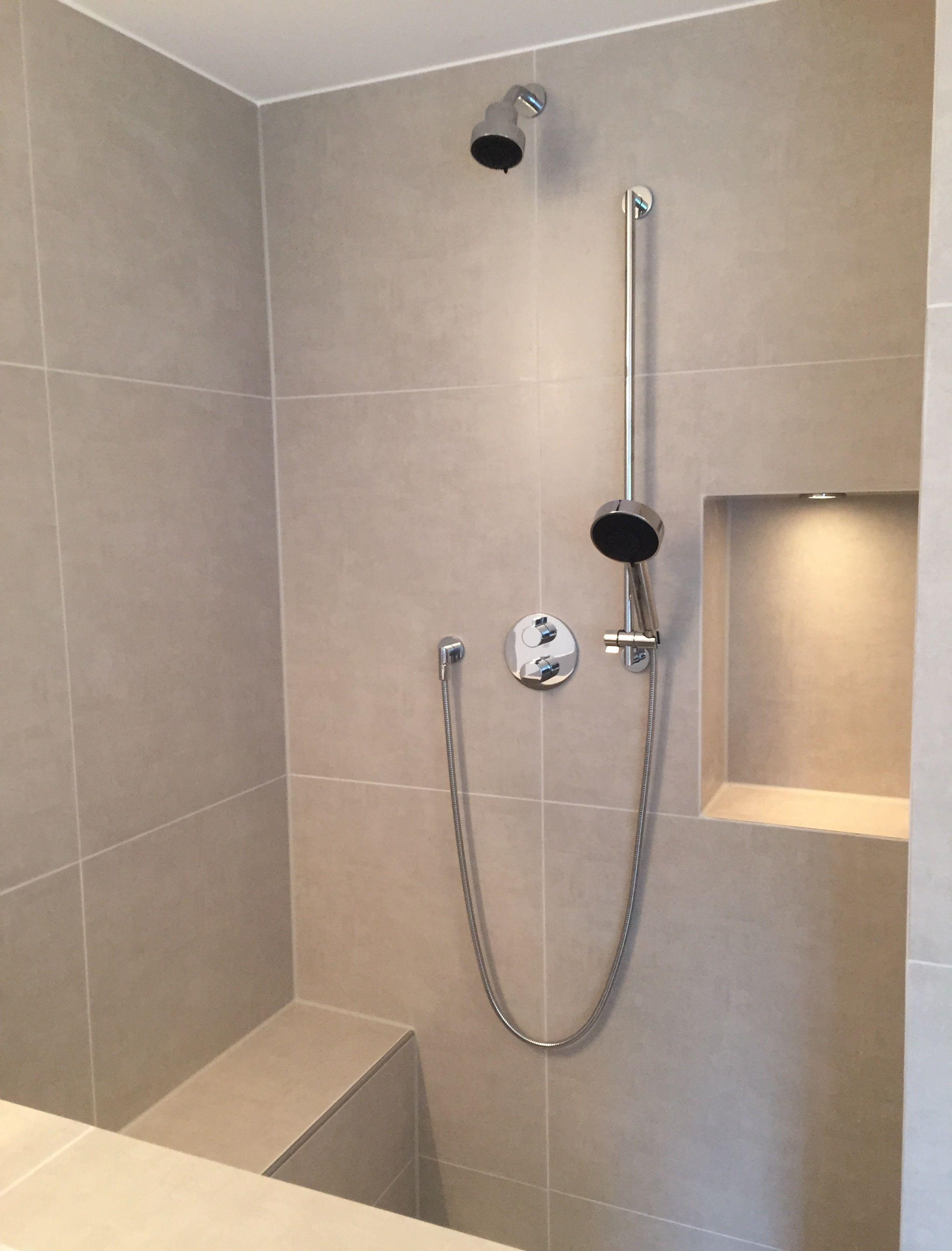 Walk In Dusche Mit Sitzbank Und Nische Walk In Dusche Dusche Badezimmer Dusche Fliesen