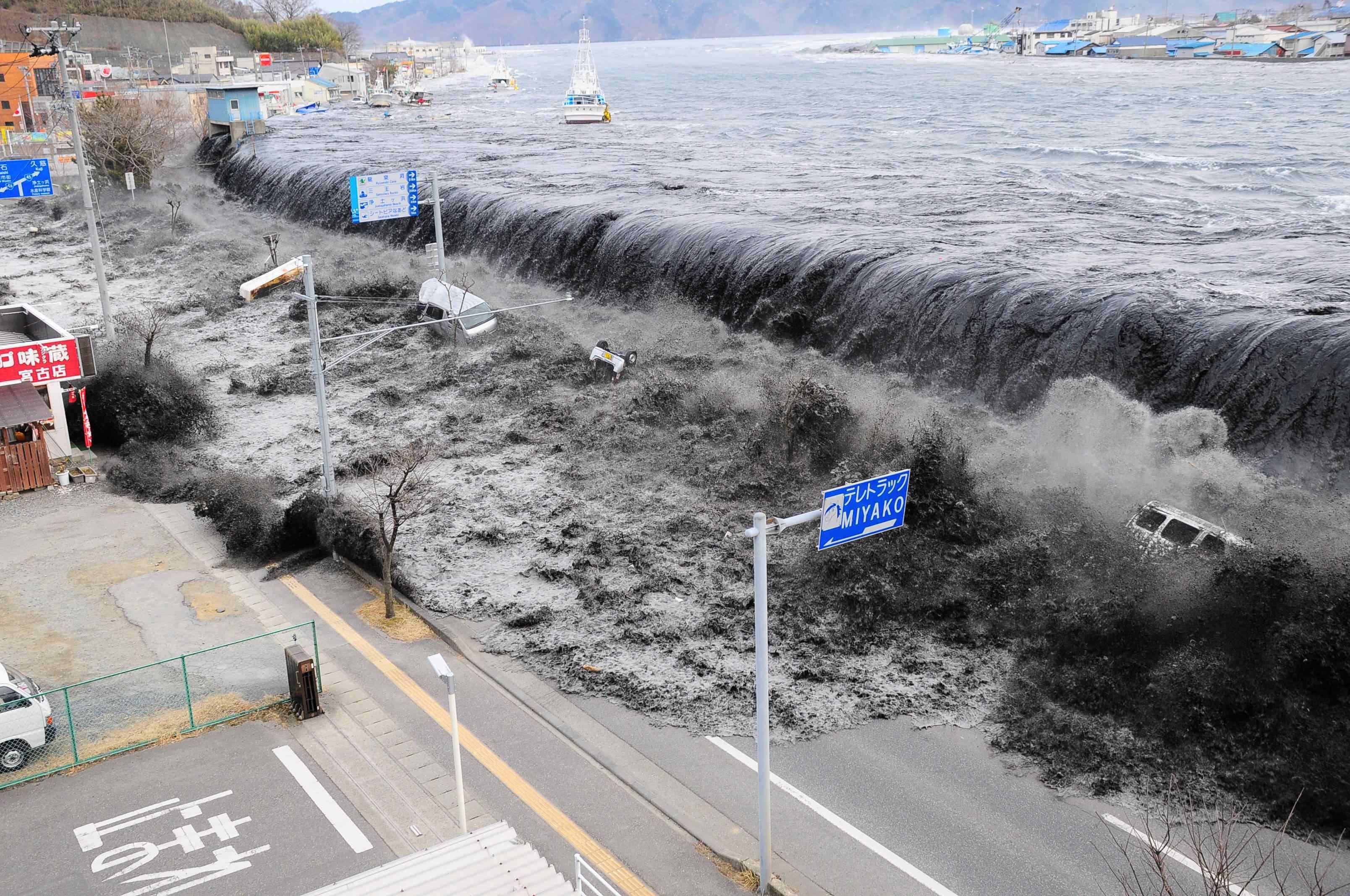 Tsunami En Chile Que Dejo Entre 60 Y 200 Muertos Este Catástrofe Natural Iba A 700 Kilómetros Por Hora Tsunami Waves Japan Earthquake Tsunami
