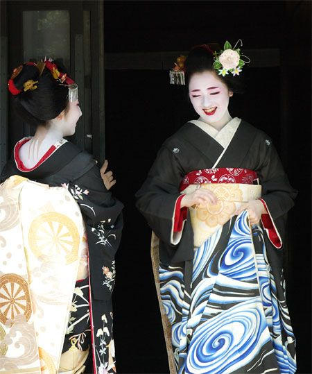 Kotoha wearing the magnificent water-swirls-Hiki for Hassaku. This beautiful Hiki was handed down the -ha line of Maiko of Tama Okiya throughout the years. A very modern and lively pattern makes this Hiki so timeless. This ceremonial Kimono was reserved for the most outstanding Maiko of Tama.
