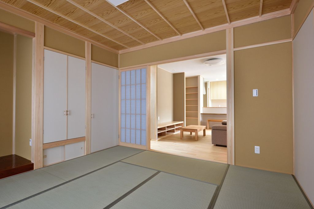 趣きのある竿縁イナゴ天井 藁入の聚楽壁が落ち着きを与えます 押入
