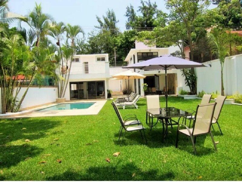 Residencia en Venta en Lomas de la Selva. Elegante Jardín