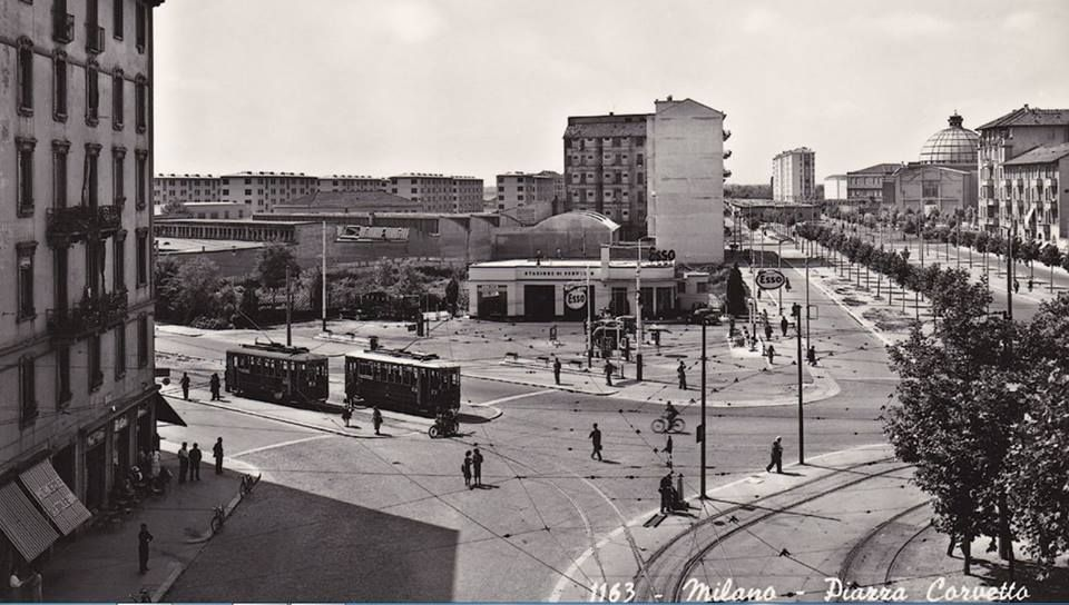 Piazzale Corvetto, anni Cinquanta, senza la sopraelevata autostradale, costruita un decennio dopo. Alle spalle del fotografo, sulla sinistra, la via Martinengo, di fronte viale Martini, e la cupola di Santa Rita. Al capolinea, fermi due tram bidirezionali della linea 32 per Rogoredo (tram poi sostituito dalla filovia, alla fine del 1959/60). Incredibilmente, il benzinaio Esso...c'è ancora!