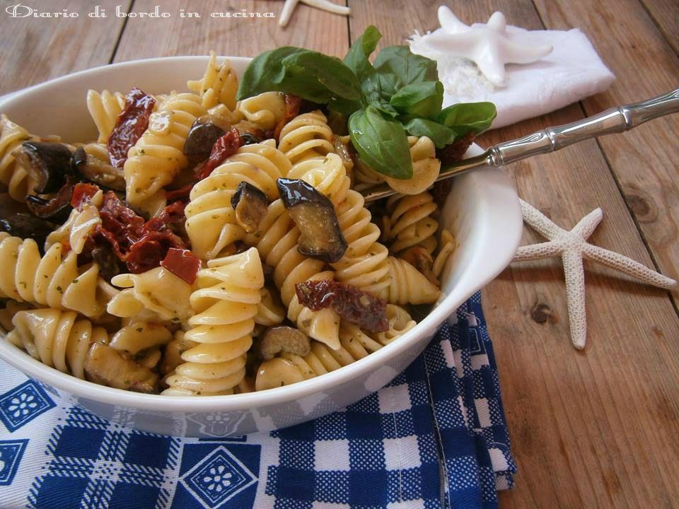 Insalata di pasta con pesto e melanzane