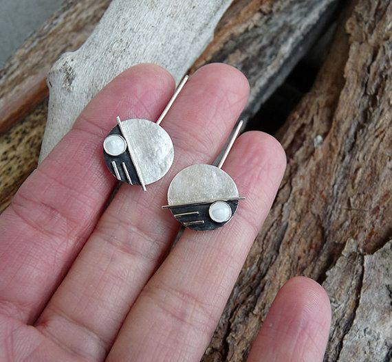 Deze eigentijdse oorbellen met Mother of Pearl zijn volledig met de hand gemaakt in sterling zilver. Zij zijn getextureerde, gedeeltelijk geoxideerd en gepolijst tot een helder en glanzend afwerking. Ze zijn handgemaakt, sterling zilver oorhaken vastgesoldeerd aan hen. De totaallengte