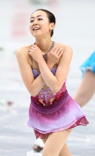 女子ショートプログラムで演技を終え、観衆にあいさつする浅田真央=さいたまスーパーアリーナで2013年12月22日 (305×500) http://mainichi.jp/graph/2013/12/21/20131221org00m050004000c/001.html