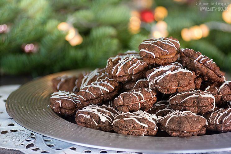 Zarte Schokoladenküsschen mit Nougatfüllung. Schnelle Zubereitung mit der Gebäckpresse. Zubereitung: 60 Min. Backzeit: 9 Min. Zutaten für ca. 40 Plätzchen: Teig: 125 g gemahlene Haselnüsse 225 g Butter, kalt 100 g Puderzucker ½ TL Vanilleextrakt 1 Pr. Salz 3 Eigelb 2 Msp. Zimt 200 g Mehl 40 g Kakao 1 TL Backpulver evtl. Milch Füllung: …