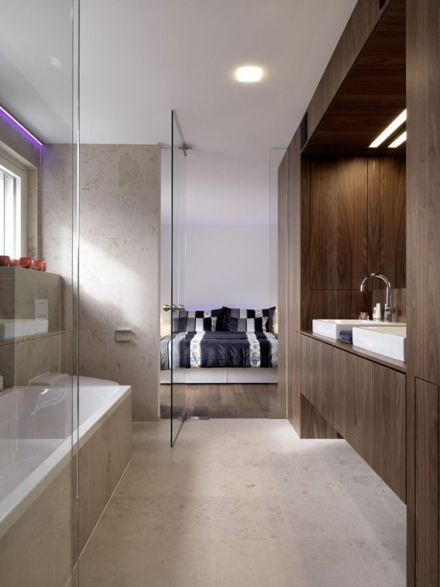 Offenes Badezimmer Glastür Schlafzimmer Badewanne Holz Schrank