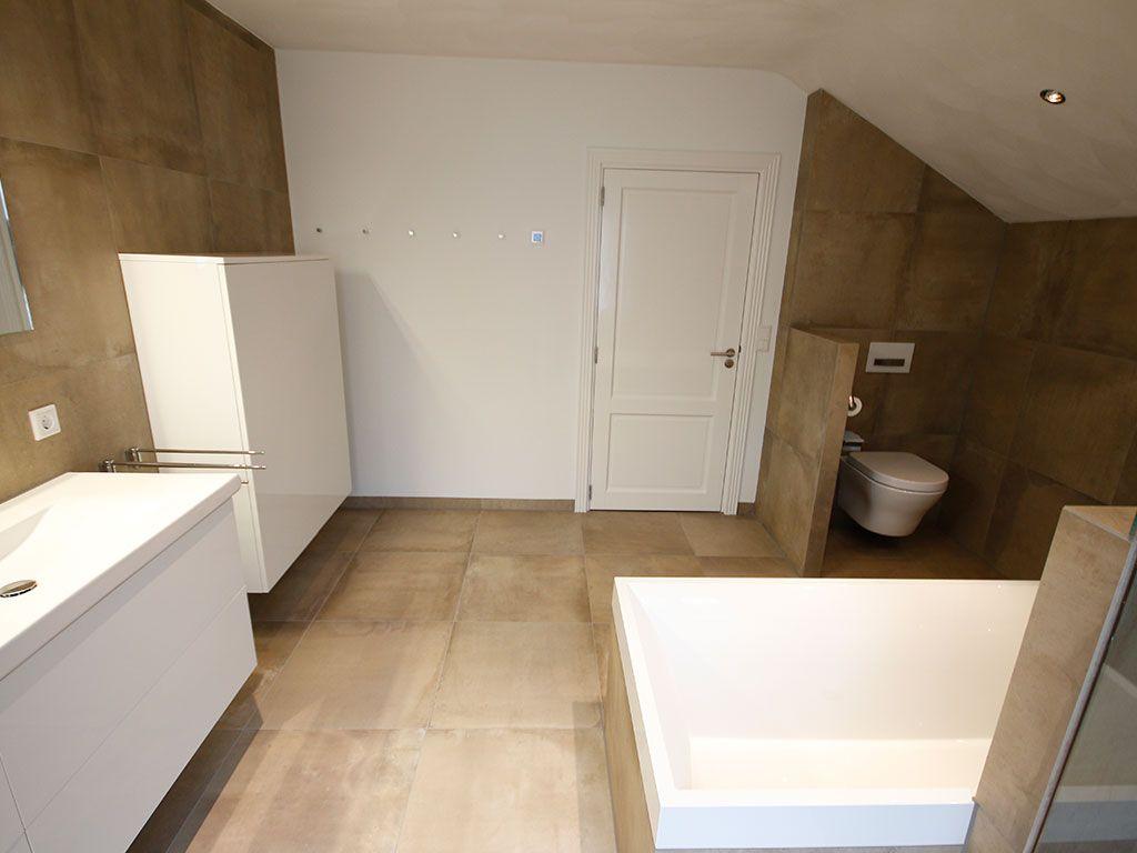 Wat een licht en ruimte heeft deze badkamer. Deze klant heeft Lindom ...