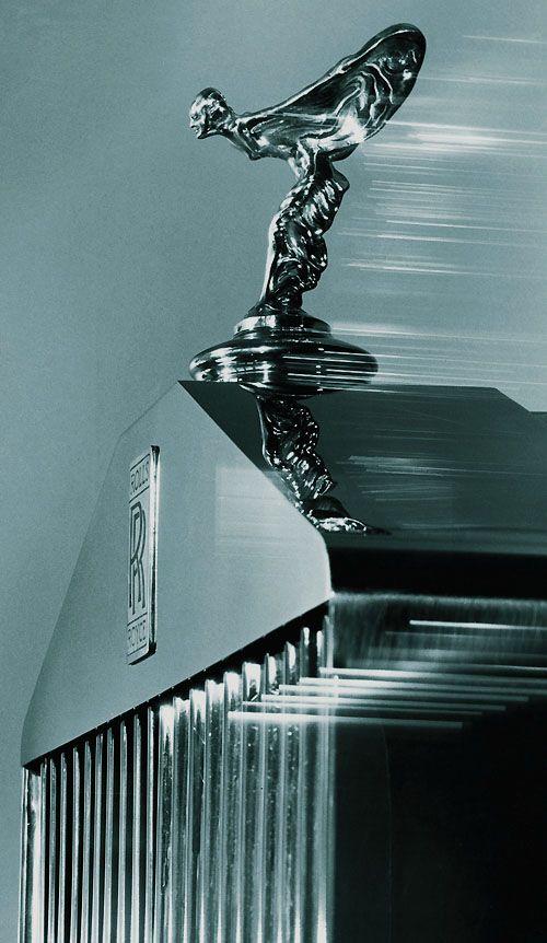 le spirit of ecstasy surmontant la l gendaire calandre en forme de fa ade de temple grec cars. Black Bedroom Furniture Sets. Home Design Ideas