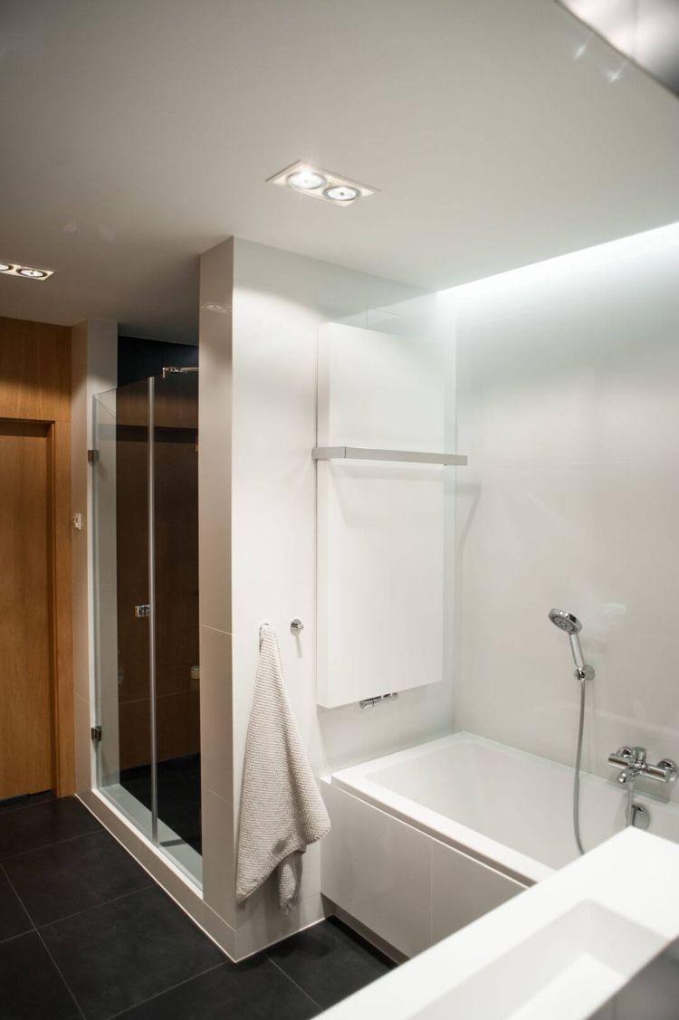 Farbe Grau Und Holz Wirken Wohnlich Moderne Wohnung In Polen Moderne Wohnung Moderne Holzmobel Badezimmer Mit Dusche