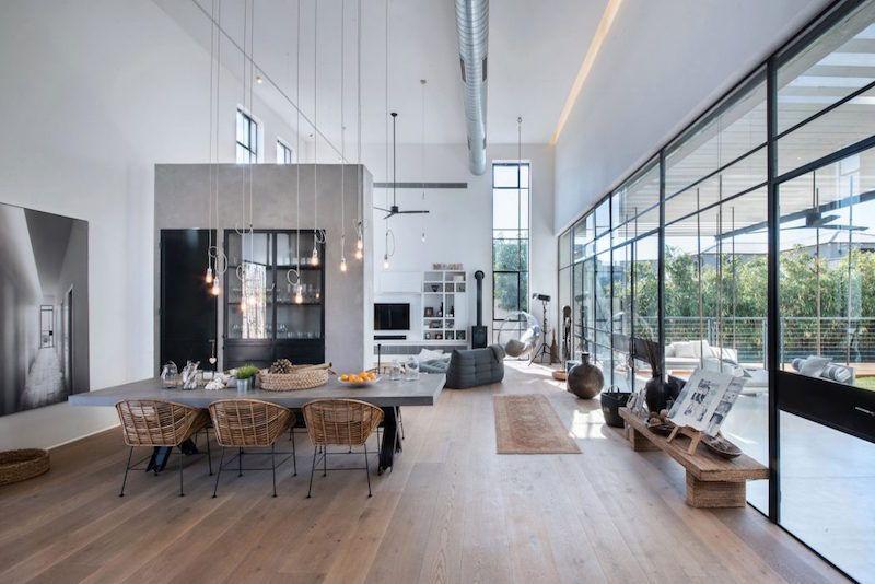Sisäänkäynti yhdistää kaksi kuutiomaista rakennelmaa, jotka muodostavat tämän loftmaisen talon muodon ja arkkitehtuurin. Koska sijaintina on Tel Aviv eilasiseinien runsas käyttö ole mikään ongelma. Koti huokuu valoa ja avaruutta, joka korostuu vielä suuren huonekorkeuden ansiosta. Talon suunnittelusta on vastannutNeuman Hayner Architects.  Yhteisten tilojen perällä keittiön ja ruokailutilan jälkeen löytyy viihtyisä olohuone, jonka rento sisustus nauttii suuresta avoimesta tilasta ja toinen…