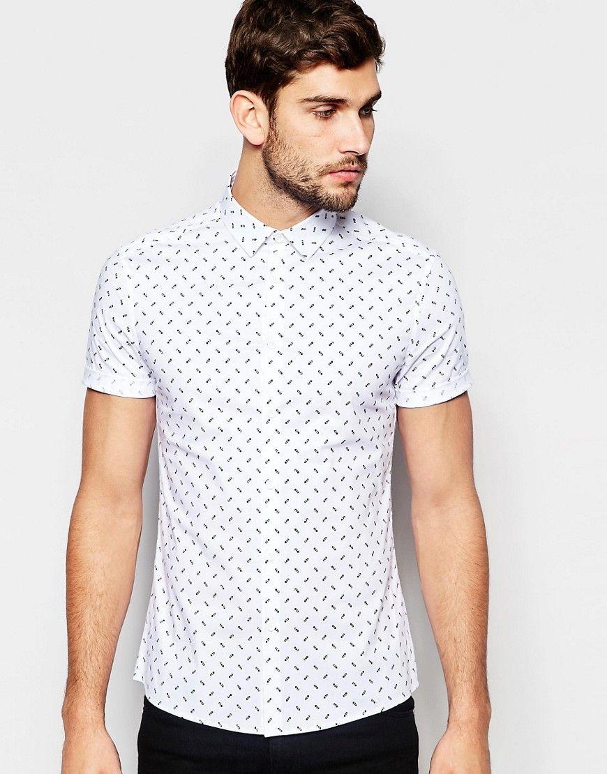 Weißes, enges Hemd mit Pfeilprint