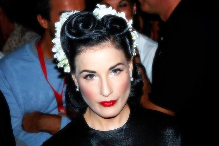 Dita Von Teese Great 40s Inspired Hair With Flowers Glamour Hair Rockabilly Hair Retro Hairstyles