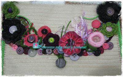 Bolsa decorada con flores en crochet