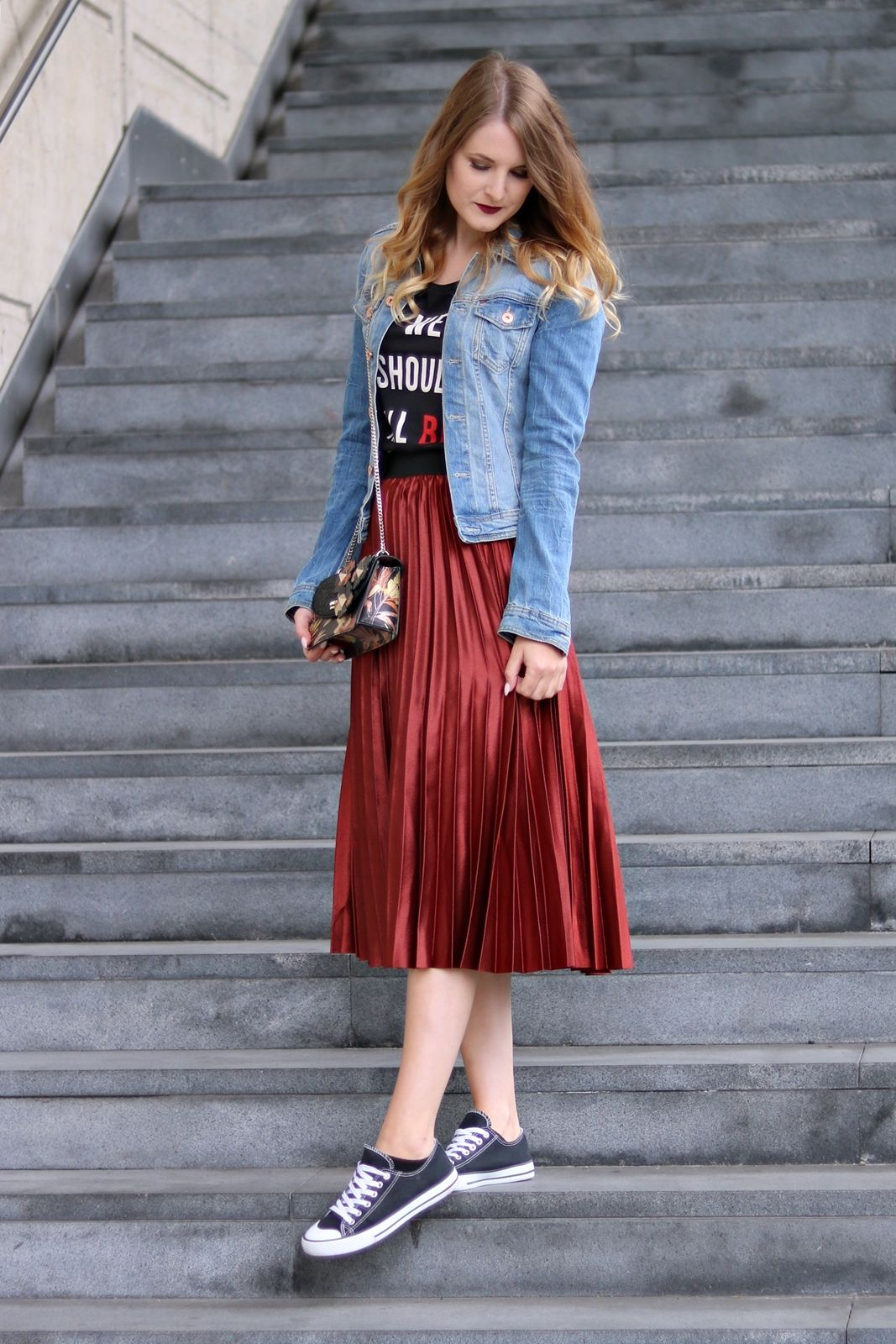 Rote jeansjacke kombinieren