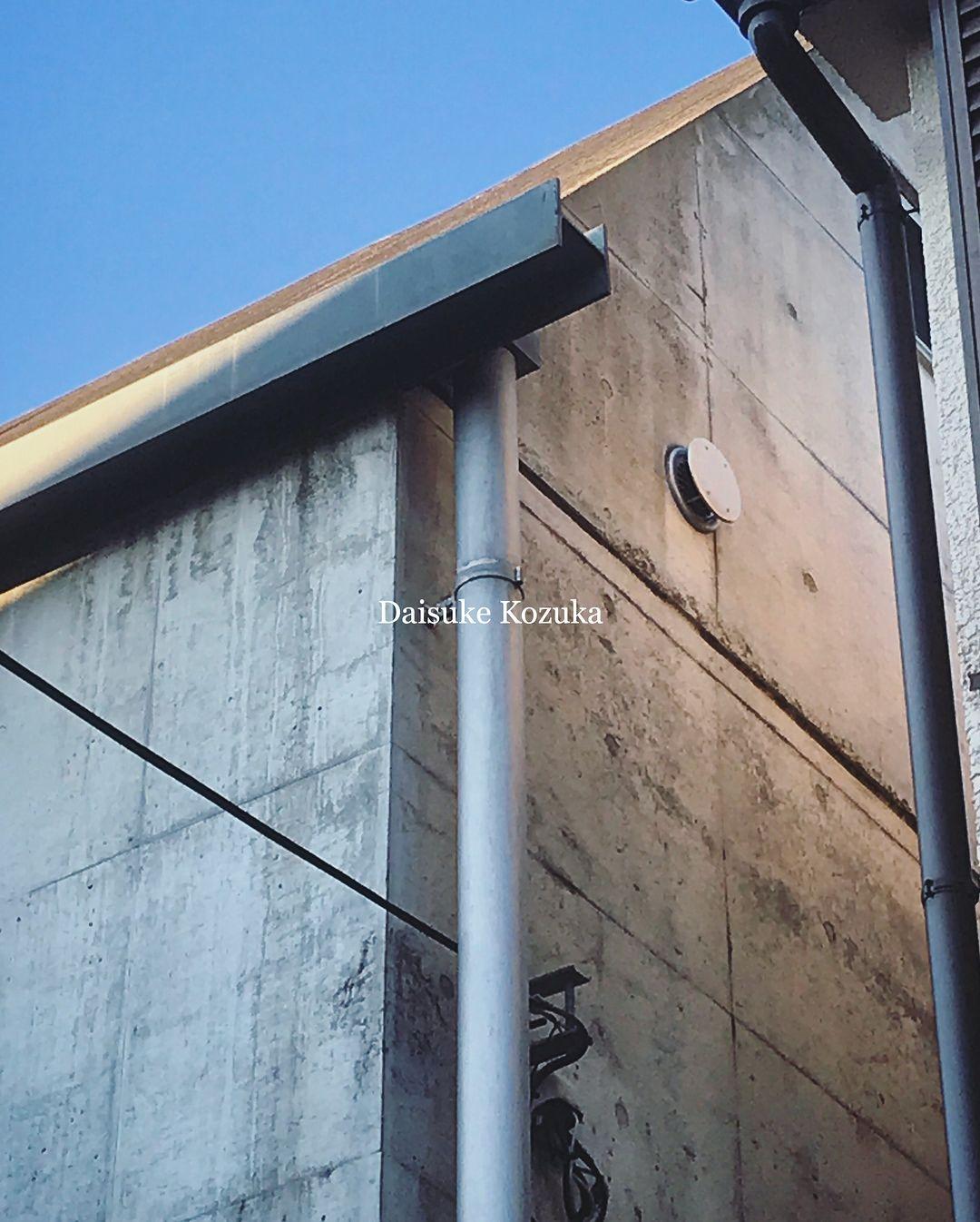 樋のある風景。H形鋼が軒樋。流石に垂れ流しは