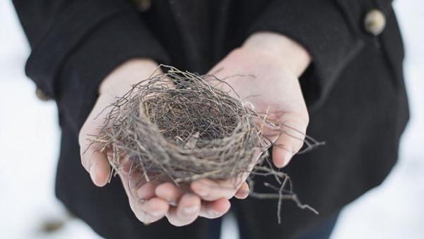«Σύνδρομο της άδειας φωλιάς»: Χρήσιμες συμβουλές αντιμετώπισης για τους γονείς