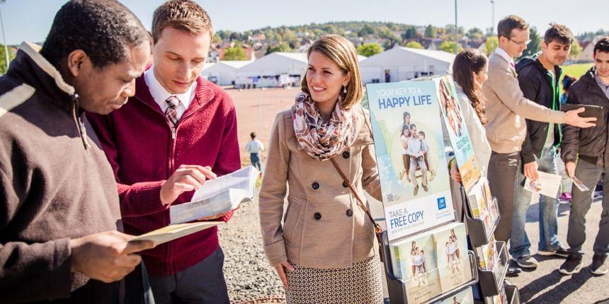 Testemunhas de Jeová compartilhando a esperança da Bíblia com os refugiados