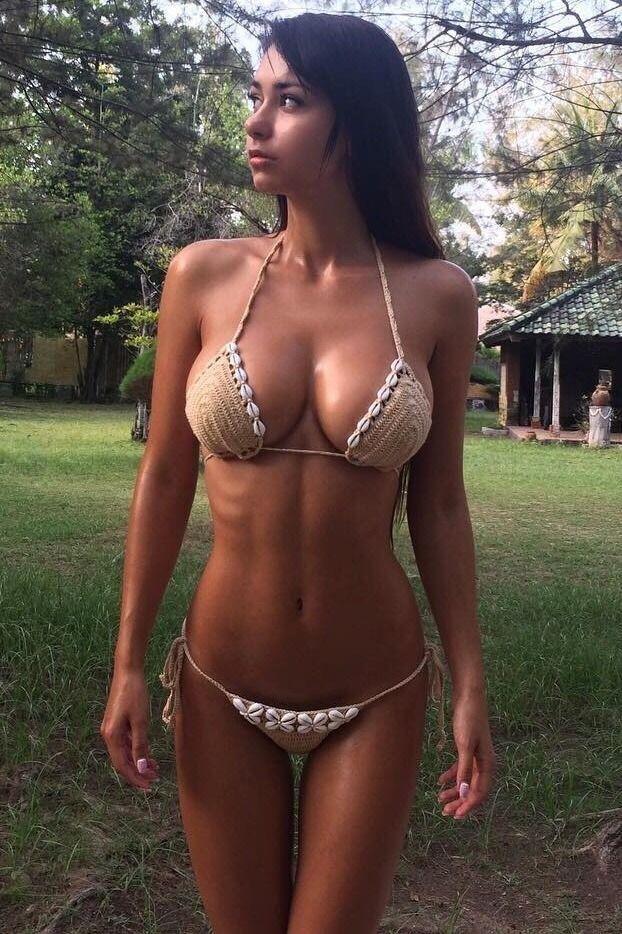 Kurviger weißer Milf Bikini
