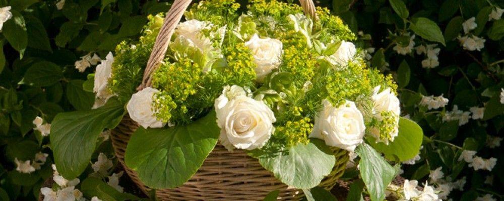Romantiek ten top met deze bloemenmand en rozenkrans met witte en lichtroze rozen. Voor een mierzoete tuintafel ...