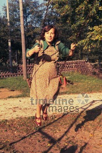 Mit Babybauch Auf Der Schaukel Roeljugretimeline Images 1975