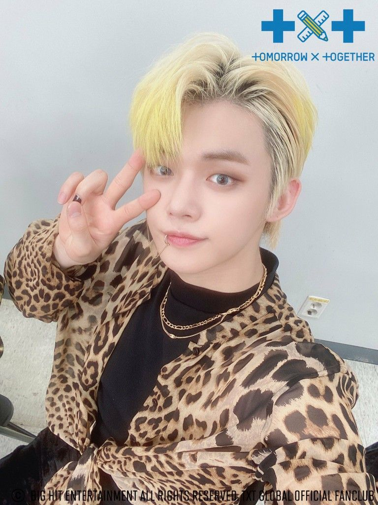 200821 Tomorrow X Together The Dream Chapter Eternity Fan Sign Event Selfie Extravaganza In 2020 Txt Women Yellow Hair