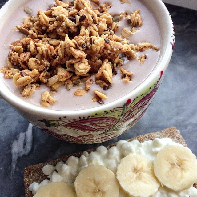 Post-workout snack after a short back session Chocolate/hazelnut banana protein smoothie topped with pauluns granola a crispbread with cc