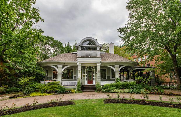 La maison qui était à l'origine sur le terrain des sœurs est à vendre.