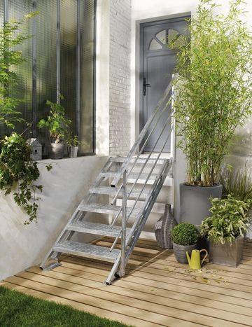 Escalier d\u0027extérieur  des escaliers en bois, alu, acier, avec rampe