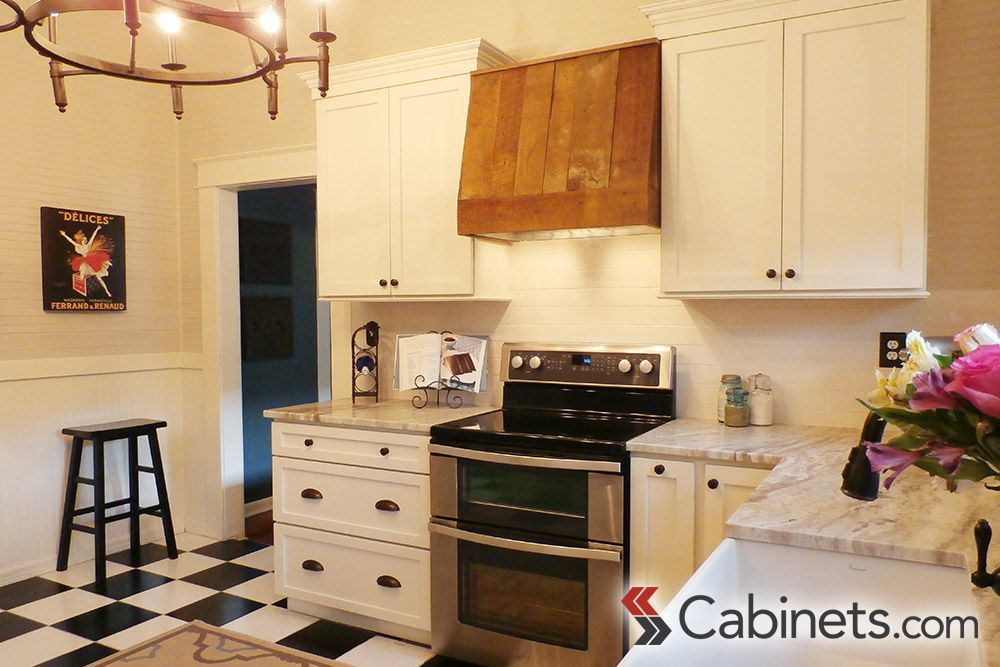 Love The Vintage Charm In This Classic Bungalow Kitchen Kitchen Classic Kitchens Online Kitchen Cabinets Kitchen