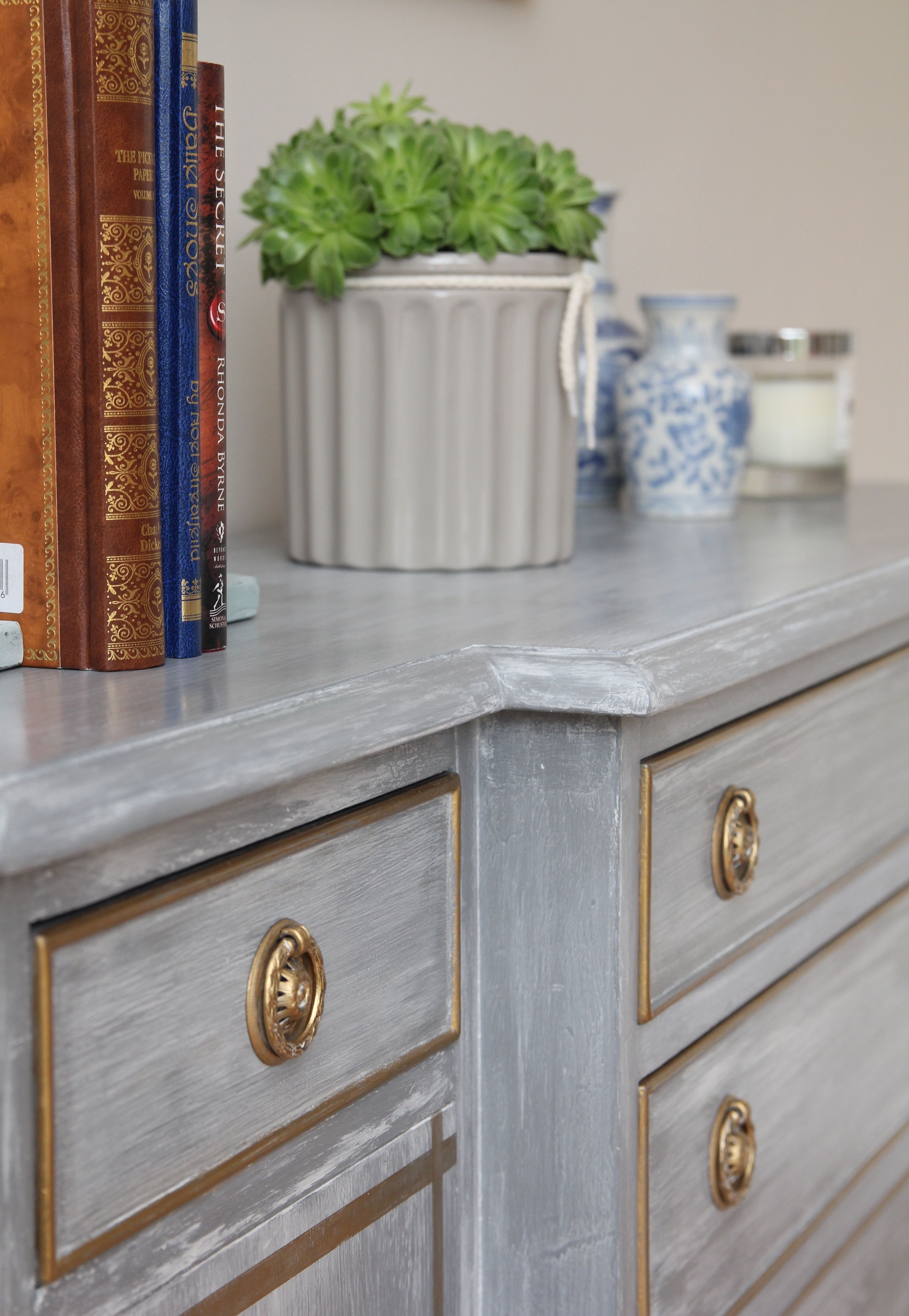 Dresser Makeover With Chalky White Washed Over Anthracite Chalk  # Muebles Acabado Wash